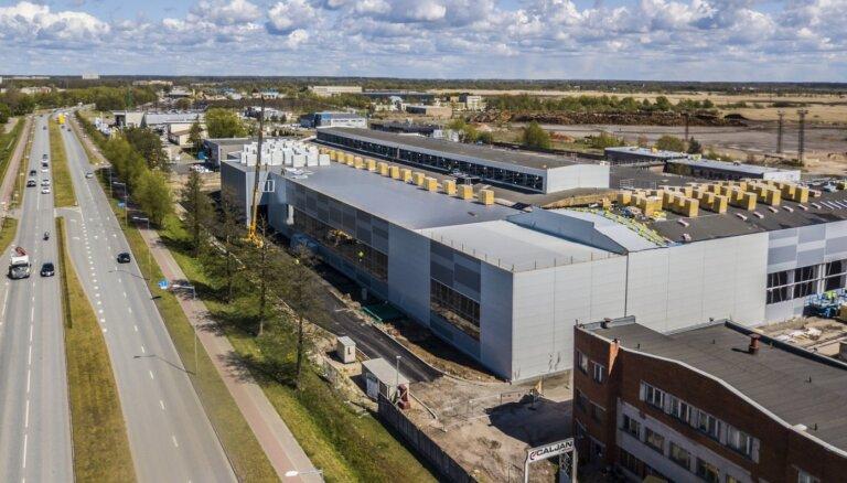Investējot desmit miljonus eiro, bijušajā 'Liepājas Metalurga' teritorijā būvē jaunu rūpnīcu