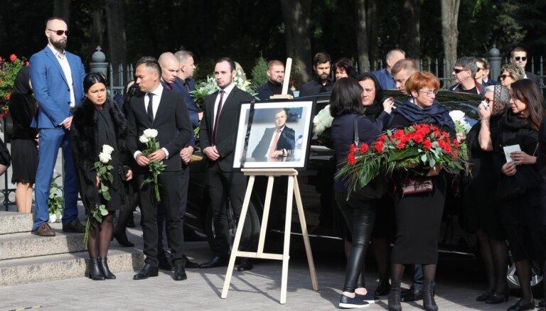 Foto: Līdzgaitnieki atvadās no nogalinātā advokāta Rebenoka