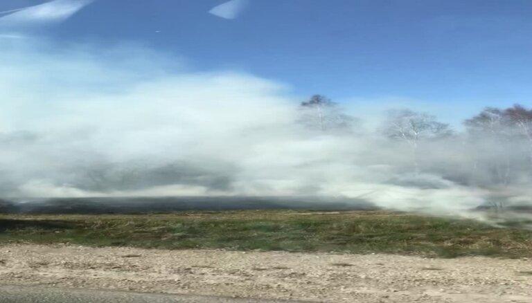 Video: Kūlas ugunsgrēks rada dūmu mutuli pie Liepājas šosejas
