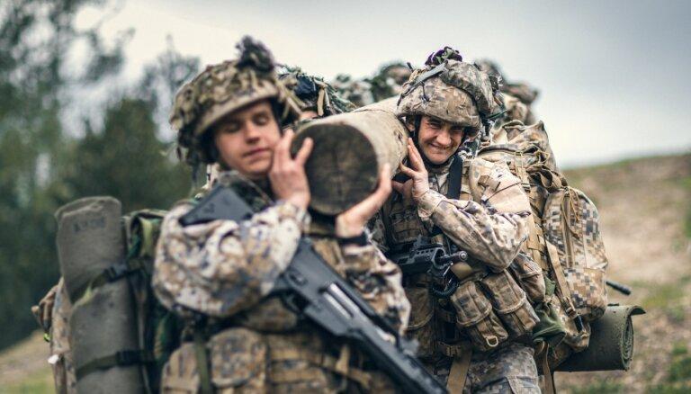 Foto: Kadeti pārbauda spējas Kaujas izturības kursā