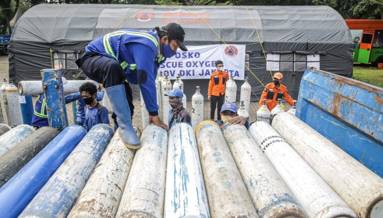 Covid-19: Indonēzijā sāk apsīkt skābekļa balonu skaits