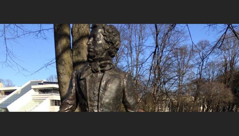 ФОТО: Вандалы повредили памятник Пушкину в центре Риги
