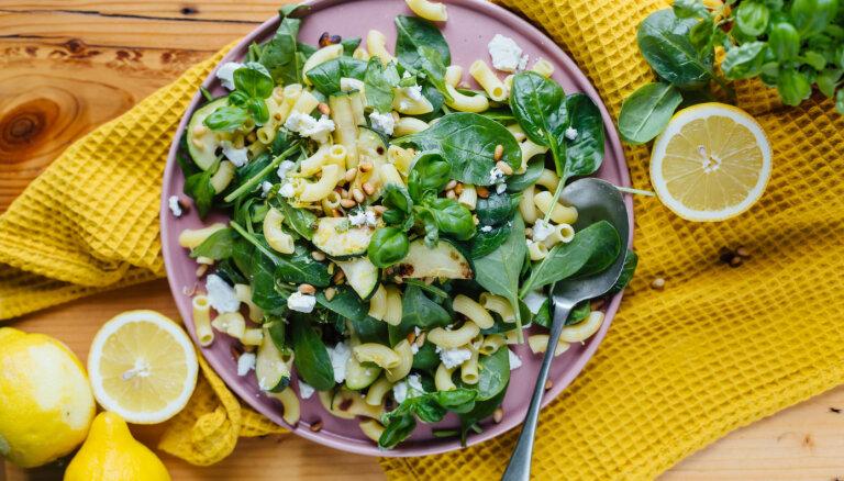 Pastas salāti ar spinātiem, citronu un baziliku