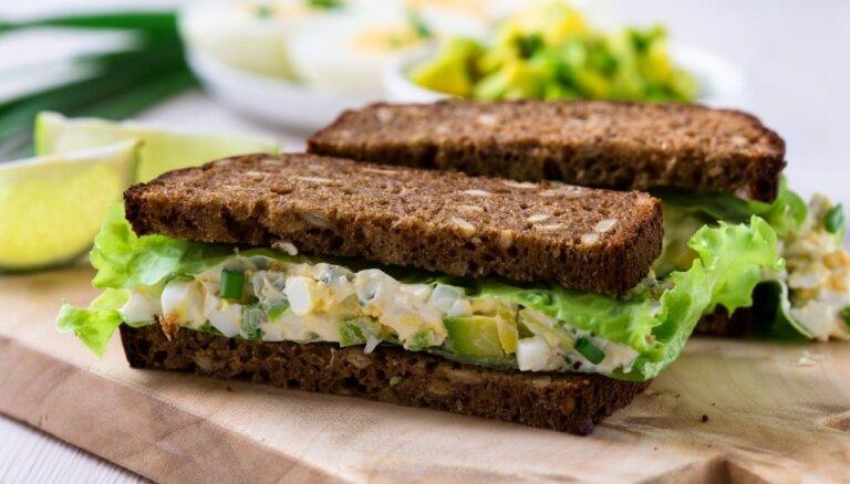 Brokastu sendvičs ar avokado-olu salātiem