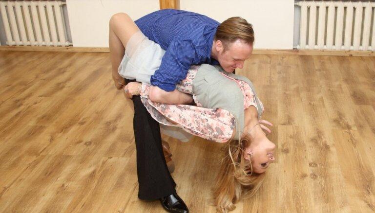 Foto: Ar draiskiem dančiem atklāj Skulmes deju skolu