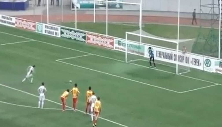 Video: Krievijas futbola īpatnības – trīs savdabīgas 'pendeles' dažās minūtēs