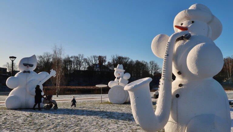 "ФОТО. Добеле ""захватили"" снеговики. Уже в десятый раз"