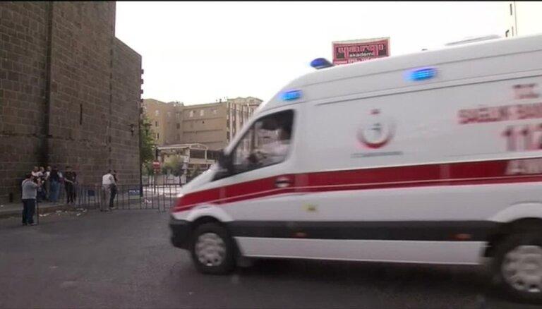 Uzbrukumos Turcijas dienvidaustrumos nogalināti 12 cilvēki