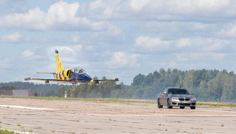 Aviošovā Tukumā lidmašīna sacentīsies ātrumā ar 'BMW M' automobiļiem