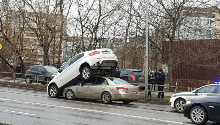 ФОТО, ВИДЕО: Уходя от полиции, угонщик BMW оказался на крыше другого автомобиля (дополнено в 15.52)