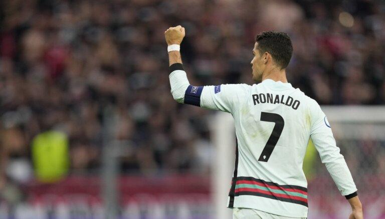 Ronaldu apsteidz Mesi gada pelnošāko futbolistu galvgalī, aprēķinājis 'Forbes'