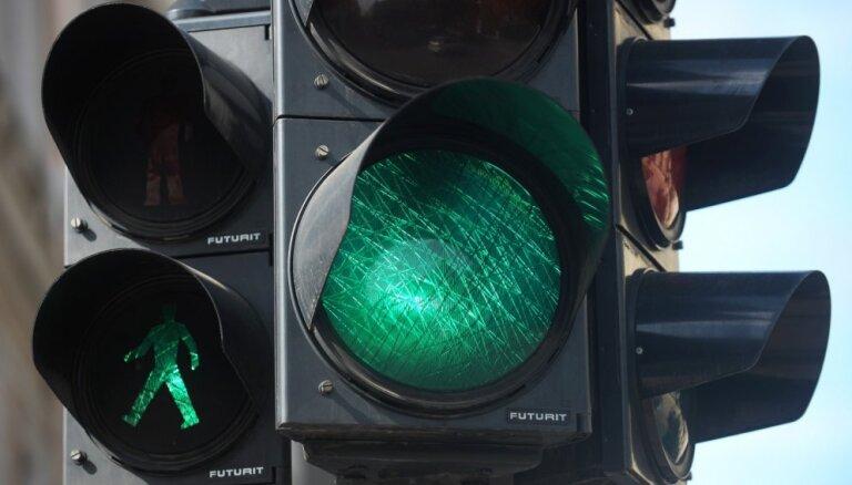 Rīgā automašīna notriec gājēju un 'aizlaižas' no notikuma vietas