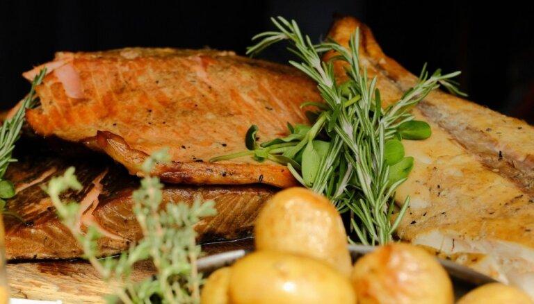 Foto: Ar izsmalcinātiem ēdieniem un latviskiem gardumiem atvērts Dziesmusvētku restorāns