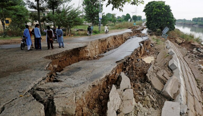 Foto: Pakistānas kontrolētajā Kašmiras daļā zemestrīcē atveras zeme
