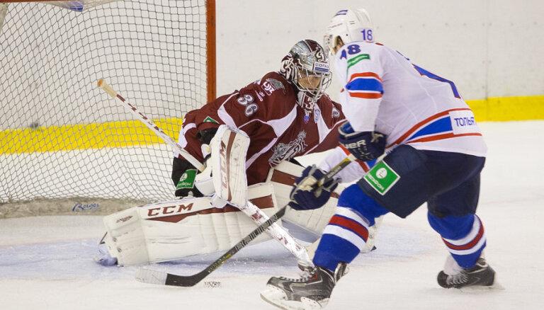 Rīgas 'Dinamo' pirmssezonas pirmajā pārbaudes spēlē Valmierā pārspēj 'Lada' hokejistus