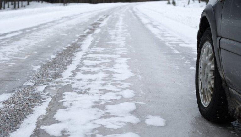 Sniegs un apledojums visā Latvijā apgrūtina braukšanu