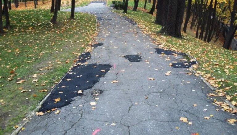 Foto: Dzegužkalna celiņi nevīžīgi aizlāpīti ar asfaltu