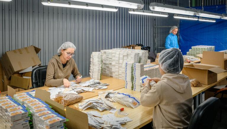 Единственная в Латвии: экскурсия на фабрику, производящую пластыри