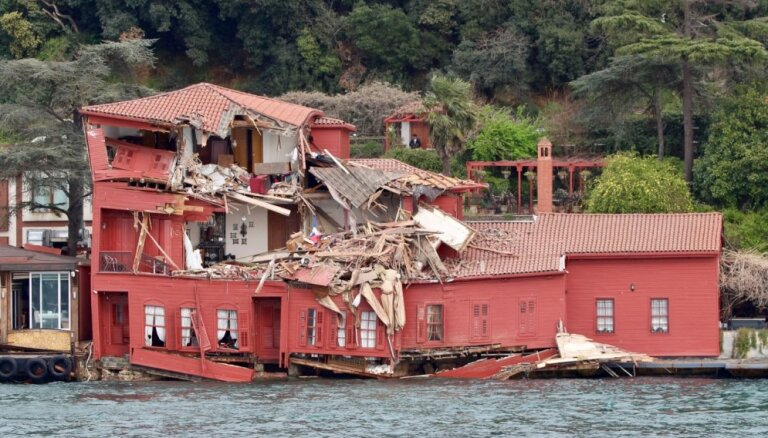 Foto: Kravas kuģis 'Vitaspirit' ietriecas greznā 18. gadsimta ēkā Bosfora krastā