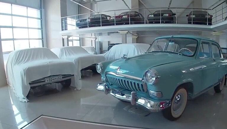 Video: Krievijā atvērts mazlietotu padomju automobiļu tirdzniecības salons