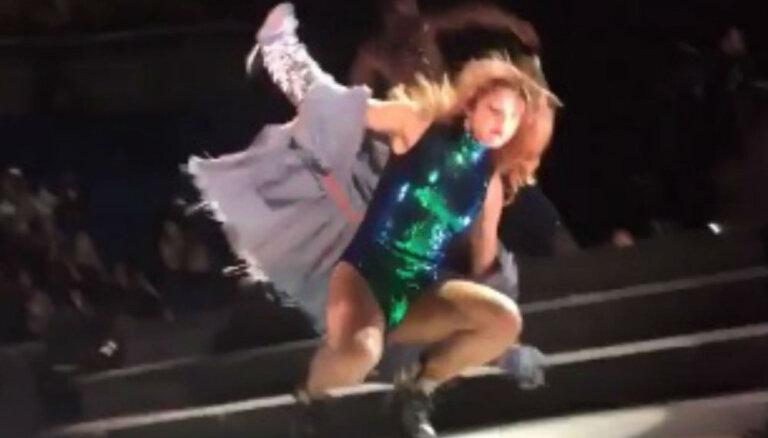 Video: Selēna Gomesa koncerta laikā nokrīt vēkšpēdus