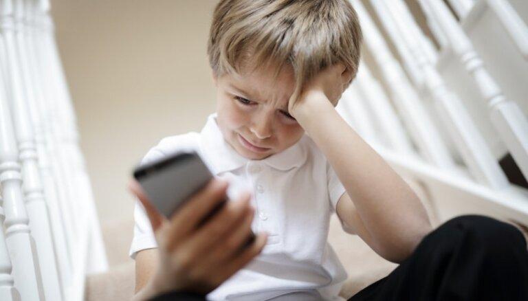 Jaunajā mācību gadā 18 tūkstoši pirmklasnieku un bērnudārzu audzēkņu mācīsies telefonu lietot atbildīgi