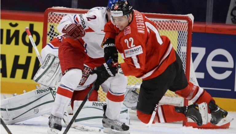 Šveices hokejistiem trešā uzvara pār kādu no PČ favorītiem