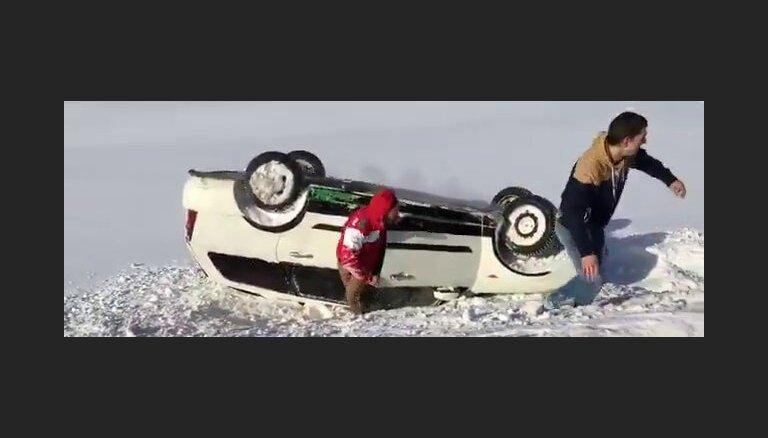 Video: Latvieši Norvēģijā slidinās ar auto un apmet kūleni