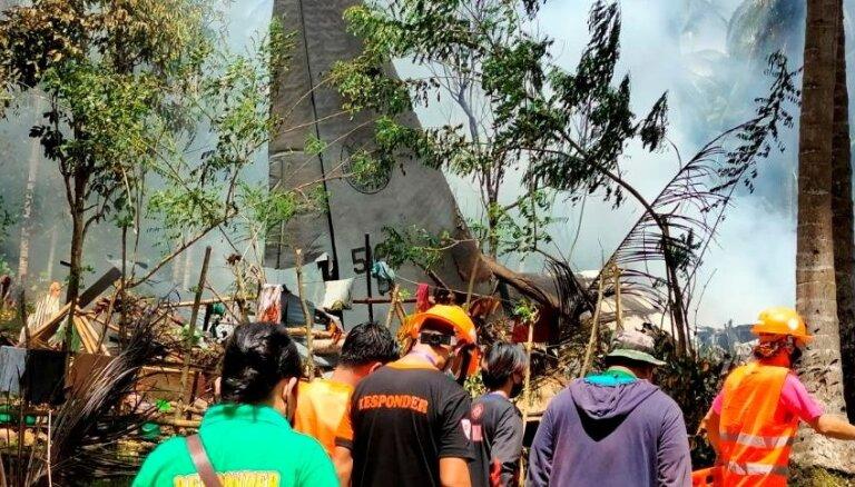 Foto: Filipīnās avarē militārā lidmašīna C-130; vismaz 50 bojāgājušo