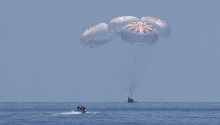 'SpaceX' kapsulu drīz pēc piezemēšanās ielenc nelūgti viesi