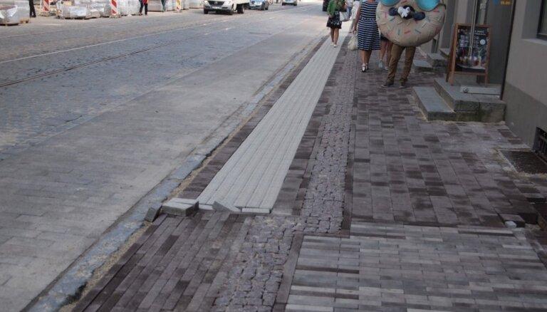 Invalīdu organizacijas neiebilst pret Barona ielas ietves risinājumu