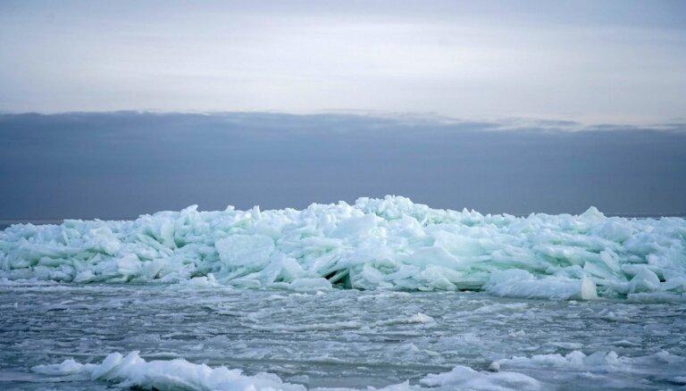 ФОТО. Ледяные скульптуры и горы льда: что сейчас можно увидеть на берегу моря