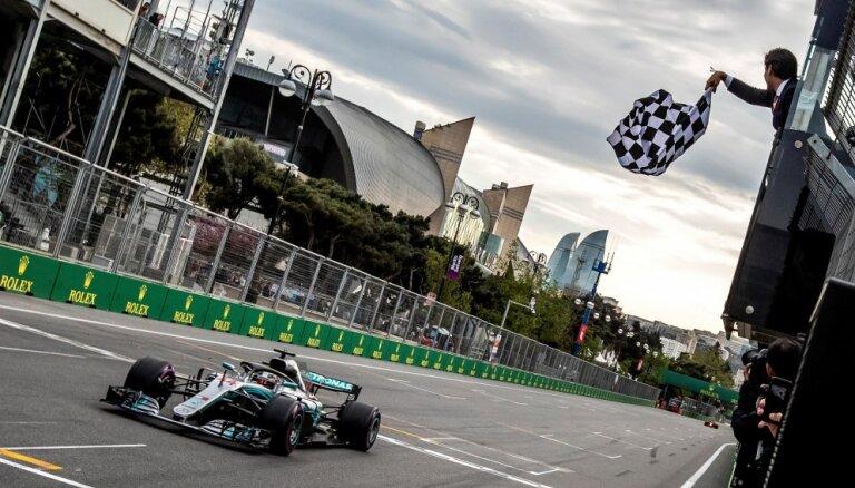 'Grand Prix' haotiskās sacensībās uzvaru izcīna Hamiltons