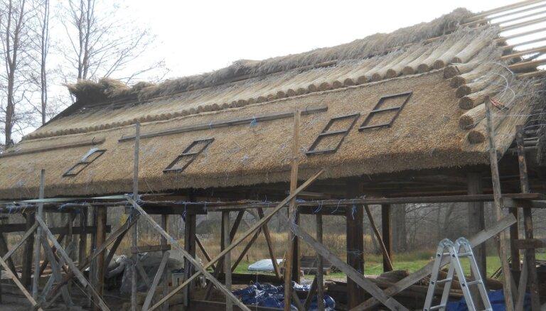 Aicina piedalīties Papes Ķoņu ciema vēsturisko niedru jumtu atjaunošanā