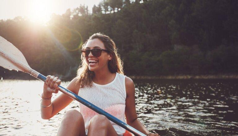 Peldēšana, supošana, kajakošana. Vasaras aktīvā atpūta, kas palīdz sadedzināt liekās kalorijas