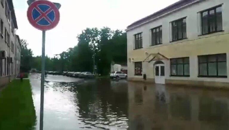 Video: Balvos dažu minūšu laikā applūst iela
