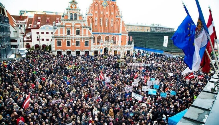 Митинг в поддержку Ушакова завершился: у Ратуши собралось несколько тысяч человек