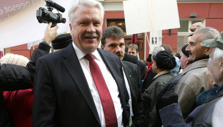 Tiekoties ar Krievijas vicepremjeru, Dūklavs pildījis darba pienākumus, pārliecināti zemnieki