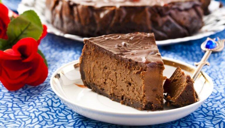 Slīgstot šokolādes skavās: 10 nepieklājīgi kārdinošas siera kūkas visiem mīlētājiem