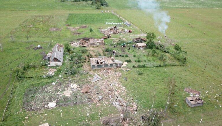ВИДЕО: В Балвском крае смерч разрушил здание