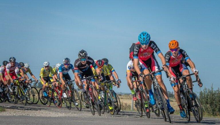Foto: starptautiskajā velobraucienā 'Zemgale' pārākumu izrāda Latvijas jaunie riteņbraucēji