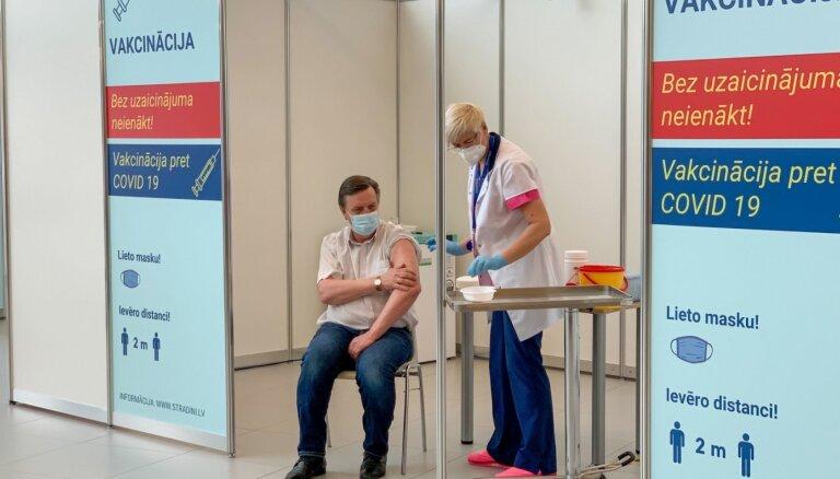Video: turpinās valsts augstāko amatpersonu un bijušo prezidentu vakcinācija pret Covid-19