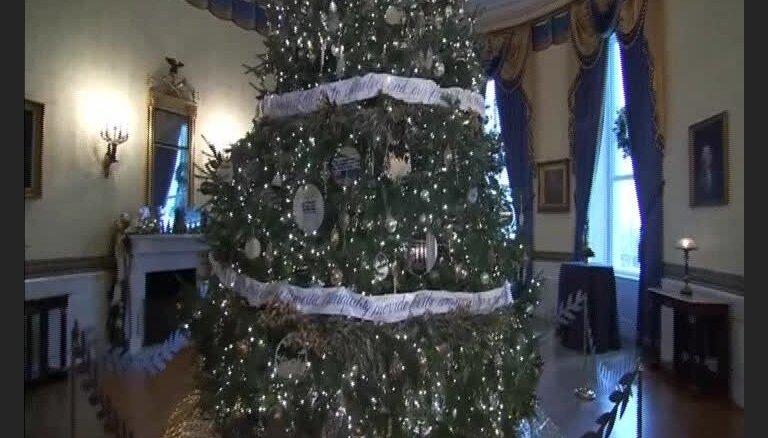 Kā Baltais nams rotāts Obamas pēdējiem Ziemassvētkiem tajā