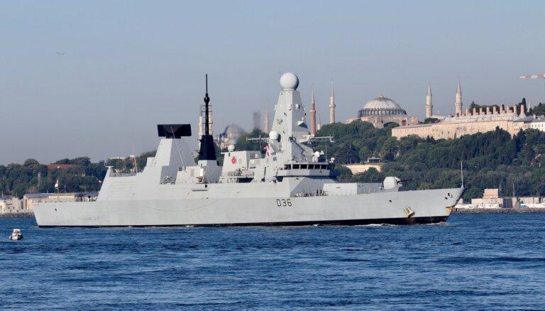 Krievija Melnajā jūrā raida brīdinājuma šāvienus pret britu kuģi