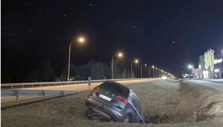Foto: Ādažos grāvī iebraucis automobilis