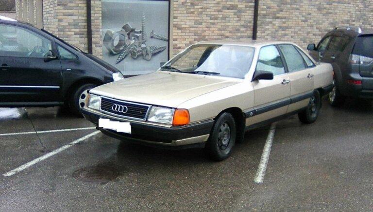 Foto: Rēzeknē autovadītājs lepni noparko savu 'Audi'; uz aizrādījumiem nereaģē