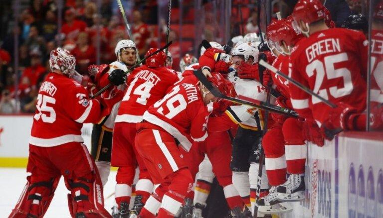 """ВИДЕО: """"Детройт"""" и """"Калгари"""" устроили самую массовую драку в НХЛ за последние годы"""