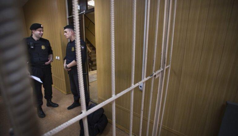 Krievijas tiesa sagūstītos Ukrainas jūrniekus patur apcietinājumā