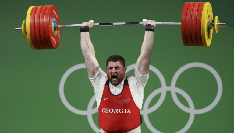 Gruzīnu svarcēlājs Talahadze ar iespaidīgu pasaules rekordu uzvar svara kategorijā virs 105 kg