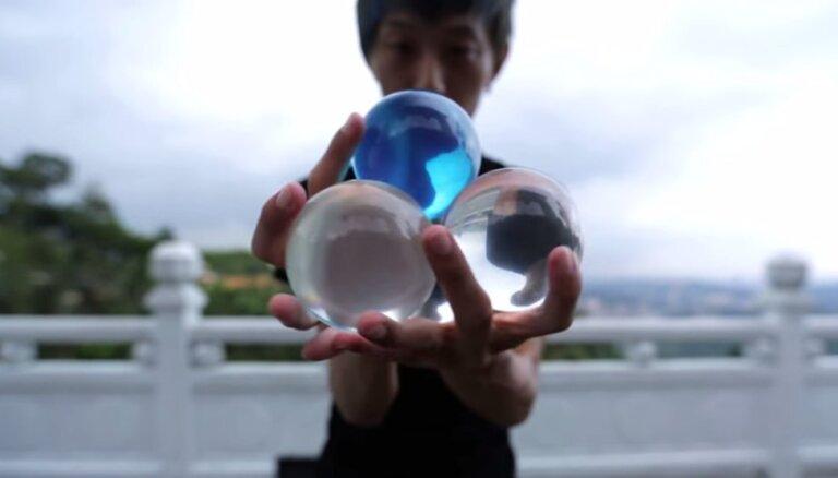 Hipnotisks video: Meistarīgs žonglieris pārsteidz ar savām kustībām